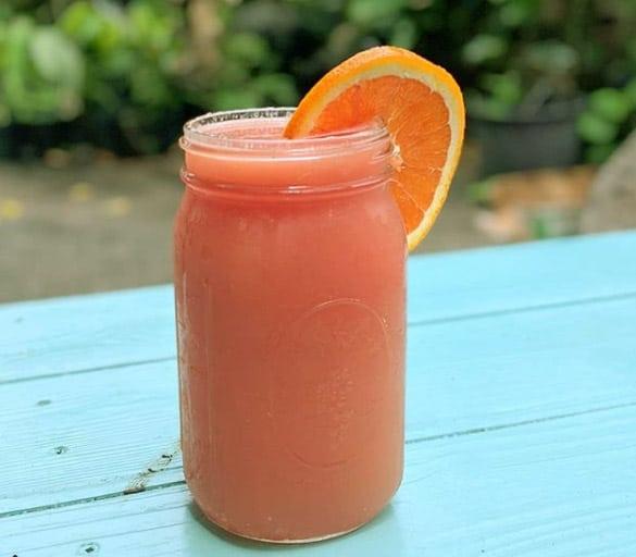 Zumo de naranjas con exprimidor